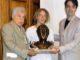 Bruno-Aloi-e-lo-scultore-Claudio-Caporaso-consegnano-il-Premio-allassessore-alla-cultura-di-Savona-80x60