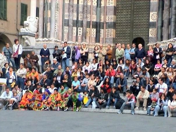 Chiostri-2013-volantino-frontespizio-1024x712  Chiostri-2013-volantino-interno-1024x707  CHIOSTRI-2013-LAVAGNA  Chiostri-2013-Colombo_CorteoStorico_-IlSecoloXIX  CHIOSTRI-2013-BOLIVIA-Morenada-in-vico-dritto-Ponticello-1024x683  CHIOSTRI-2013-BOLIVIA-in-Ponticello-1024x683  Chiostri-2013-3-Sbandieratori-Alfieri-delle-Terre-Stesi-in-fila-indiana-sul-marciapiede...  CHIOSTRI-2013-a-piedi-sul-marciapiede...-1  Chiostri-2013-peruviani-in-fila-per-De-ferrari-1-1024x683  Chiostri-2013-BOLIVIA-Repubblica-boliviani  Chiostri-2013-trasferimento-obbligato-a-piedi-sul-marciapiede...-001  Chiostri-2013-Astesi-in-arrivo  Chiostri-2013-BOLIVIA-sulle-strisce-pedonali  CHIOSTRI-2013-ANSA-Boliviani-sulle-strisce-con-Vigili-a-controllare-il-resto-del-corteo-che-sta-arrivando...  Chiostri-2013-peuviani-a-Ponticello  Chiostri-2013-I-SONAGLI-in-mezzo-alla-folla  Chiostri-2013-Sestrese-a-De-Ferrari  CHIOSTRI-2013-Civitas-Nauli  Chiostri-2013-Morenada-e-alle-spalle-Le-Braide-1024x683  Chiostri-2013-BOLIVIA-Boliviani-a-De-Ferrari-Wagner-Gutierrez  Chiostri-2013-Astesi-a-de-Ferrari-1024x683  Chiostri-2013-foto-La-repubblica-Braide  Chiostri-2013-Stefania-Fiore  CHIOSTRI-2013-Susa-etc-da-REPUBBLICA-1024x683  Chiostri-2013-studenti-del-Nautico-San-Giorgio-1024x795  Chiostri-2013-Sonagli-3  Chiostri-2013-Semilleros-1024x827  CHIOSTRI-2013-La-Compagnia-dellUnicorno-davanti-alla-Chiesa-del-Gesù  Chiostri-2013-SONAGLI-DOC-a-Matteotti  CHIOSTRI-2013-Marco-Federici  CHIOSTRI-2012-pubblico-a-San-Lorenzo