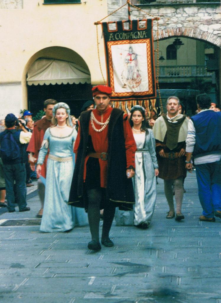 CHIOSTRI-2002-fronte-1024x724  CHIOSTRI-2002-retro-1024x724  Chiostri-2002-DOC-DOC-Piccolo-Choro-di-Musicainsieme-1024x688  Chiostri-2002-...-berretti-rossi-ai-Canonici  Chiostri-2002-il-corteo-in-piazza-Raibetta-Cristoforo-Colombo-e-il-gonfalone-della-Compagna-figlia-di-Biroli-748x1024