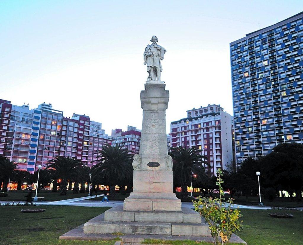 Argentina-panoramica-dal-Palacio-Edèn-Plaza_seca_y_la_Plaza_Colón._-1024x442  Argentina-piazza-1-1024x649  Argentina-placa-Colon-statua-vecchia-1024x827