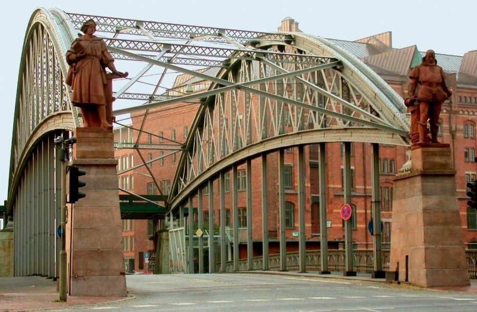 HAMBURG-200px-Columbus-Standbild_an_der_Kornhausbrücke_Hamburg-768x1024  Kornhausbruecke-951x630-q80-002-doc