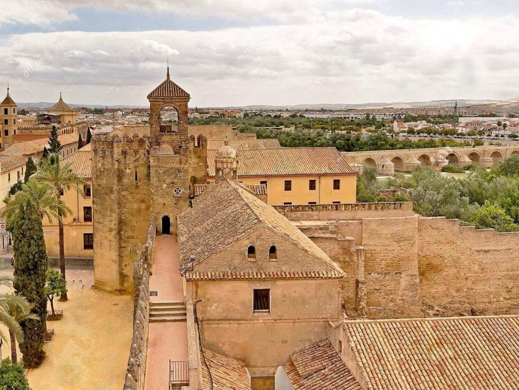 ALCAZAR-torre-del-homenaje-della-la-e-delle-pareti-alcazar-de-cordova-homenaj-medievale-lungo-le-dell-los-reyes-cristianos-andalusia--1024x770